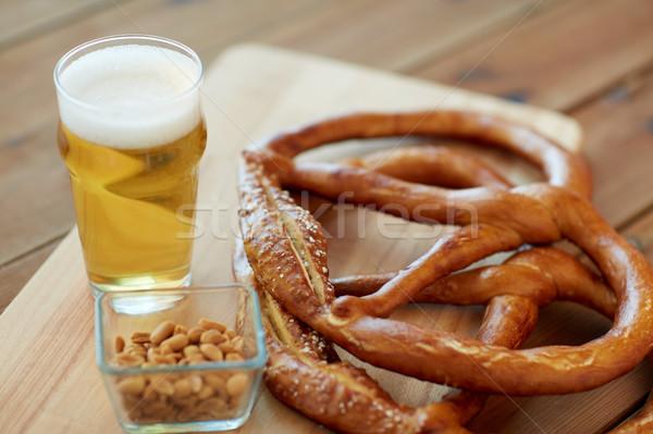 Birra salatini arachidi tavola alimentare Foto d'archivio © dolgachov