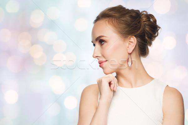 Glimlachende vrouw witte jurk parel sieraden luxe bruiloft Stockfoto © dolgachov
