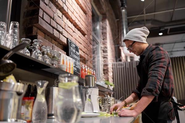 Man barman koken smoothie veganistisch cafe Stockfoto © dolgachov