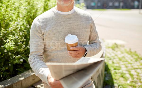 Senior man koffie lezing krant buitenshuis Stockfoto © dolgachov