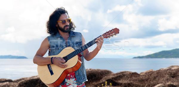 Hippie uomo giocare chitarra mare musica Foto d'archivio © dolgachov