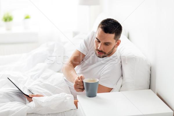 человека питьевой кофе кровать домой Сток-фото © dolgachov