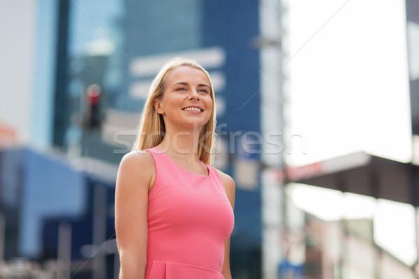 Heureux souriant jeune femme rue de la ville femmes personnes Photo stock © dolgachov