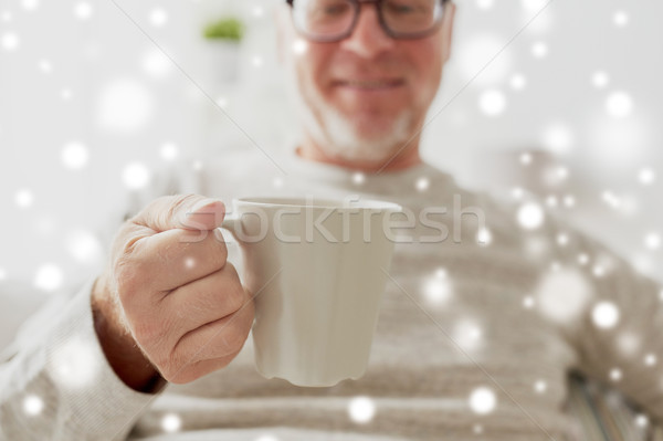 Gelukkig senior man beker thee koffie Stockfoto © dolgachov