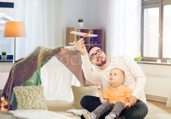 Père en fils jouer jouet avion maison famille Photo stock © dolgachov