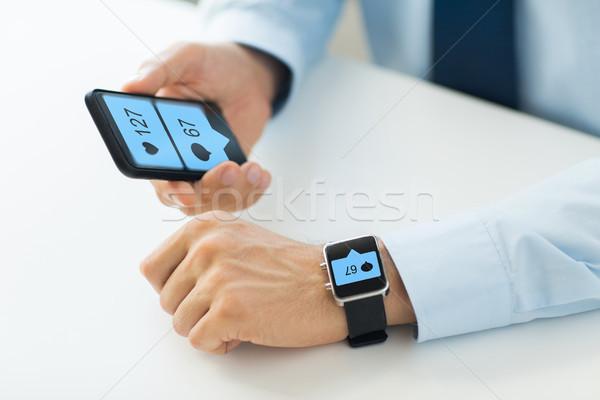 Kezek okostelefon okos óra közösségi média üzlet Stock fotó © dolgachov