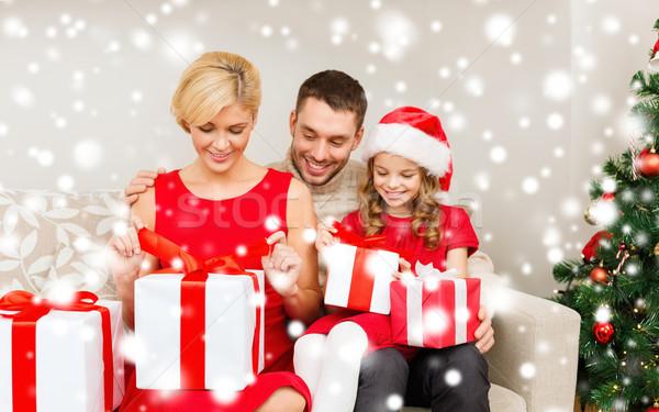 Люди дарят подарки на рождество