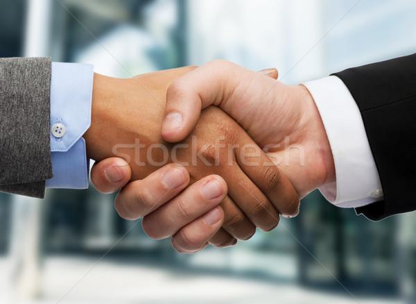 Zakenman zakenvrouw handen schudden business kantoor buitenshuis Stockfoto © dolgachov