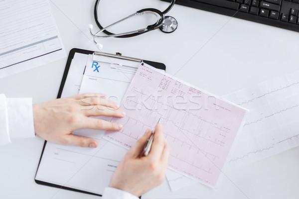 Mężczyzna lekarz ręce kardiogram jasne zdjęcie rodziny Zdjęcia stock © dolgachov