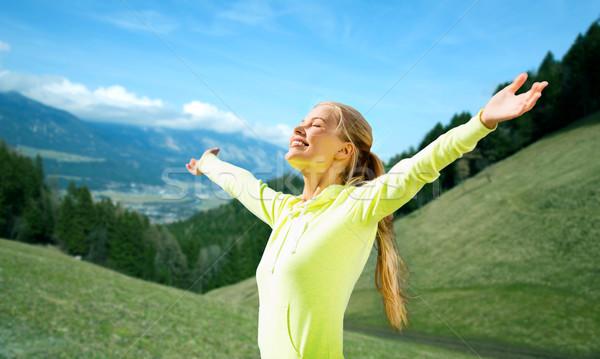 Glücklich Frau Sportbekleidung genießen Sonne Freiheit Stock foto © dolgachov