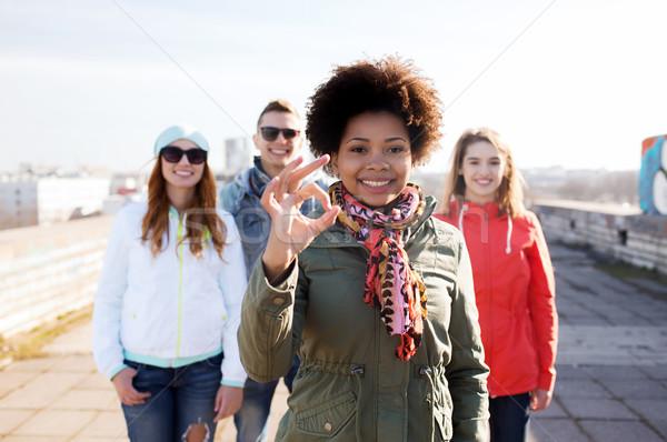 Felice adolescente amici segno Foto d'archivio © dolgachov