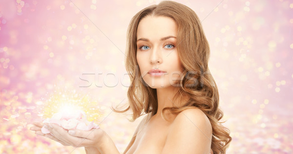 Gyönyörű fiatal nő rózsa virág szirmok szépség Stock fotó © dolgachov