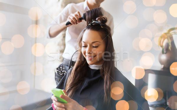 Szczęśliwy kobieta stylista fryzura salon Zdjęcia stock © dolgachov