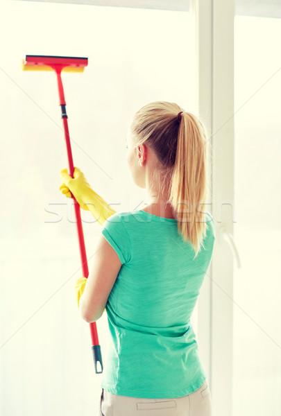Felice donna guanti pulizia finestra spugna Foto d'archivio © dolgachov
