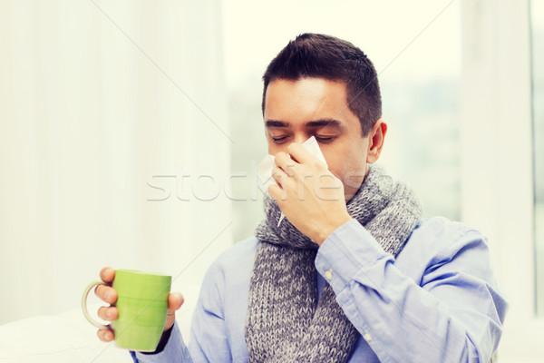 Malade homme grippe potable thé moucher Photo stock © dolgachov