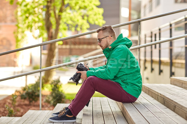 Giovani uomo fotocamera digitale città persone Foto d'archivio © dolgachov