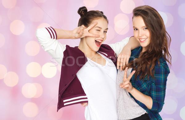 Gelukkig mooie tienermeisjes tonen vrede handteken Stockfoto © dolgachov
