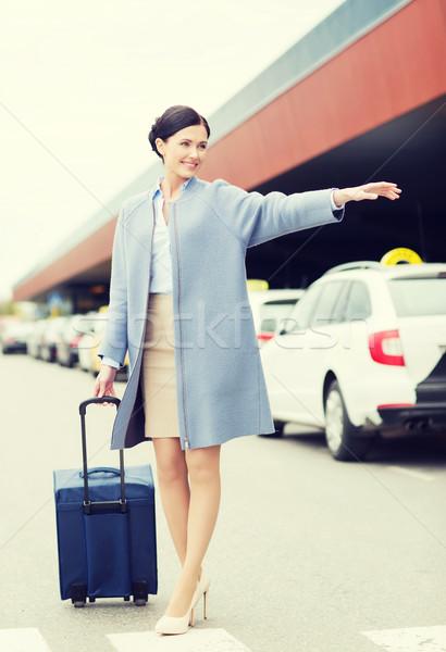 Gülen genç kadın seyahat çanta taksi iş gezisi Stok fotoğraf © dolgachov