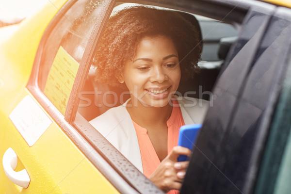 Mutlu Afrika kadın taksi iş gezisi Stok fotoğraf © dolgachov
