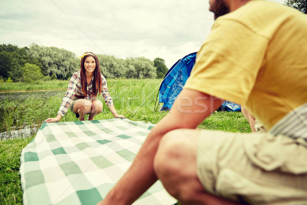 Boldog pár fektet piknik pokróc táborhely kempingezés Stock fotó © dolgachov
