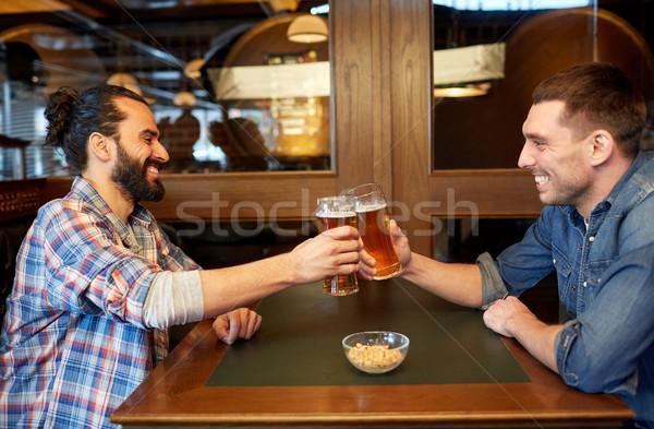 Heureux Homme amis potable bière bar Photo stock © dolgachov