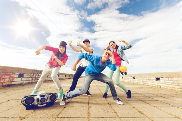 Csoport tinédzserek tánc sport városi kultúra Stock fotó © dolgachov