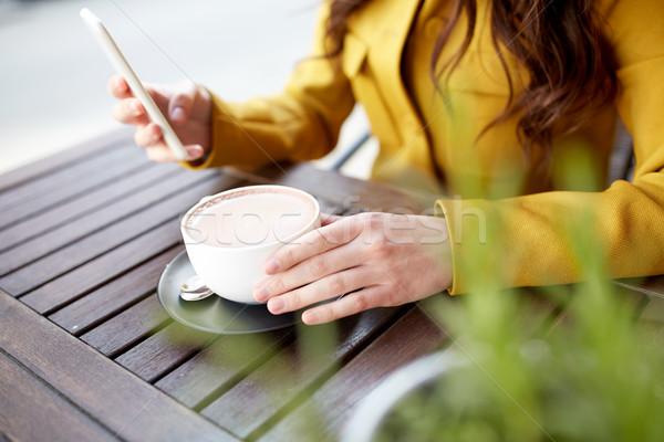 Közelkép nő sms chat okostelefon kávézó kommunikáció Stock fotó © dolgachov