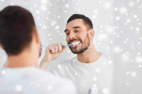 Adam diş fırçası temizlik dişler banyo sağlık Stok fotoğraf © dolgachov