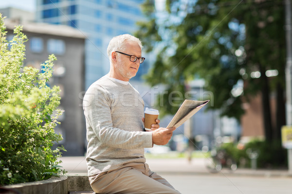Kıdemli adam okuma gazete içme kahve Stok fotoğraf © dolgachov