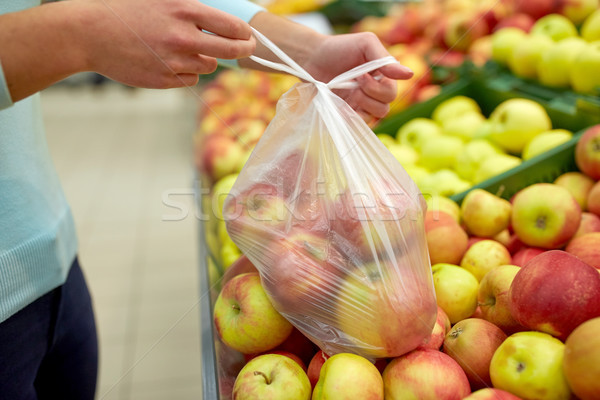Nő táska vásárol almák élelmiszerbolt vásár Stock fotó © dolgachov