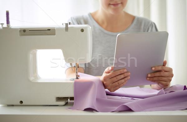Krawiec maszyny do szycia tkaniny ludzi robótki Zdjęcia stock © dolgachov