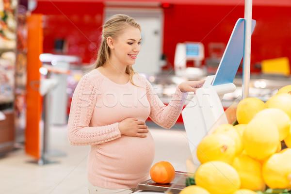 Hamile kadın greyfurt ölçek bakkal satış alışveriş Stok fotoğraf © dolgachov