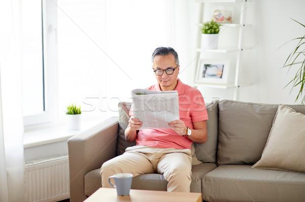 Mutlu adam gözlük okuma gazete ev Stok fotoğraf © dolgachov