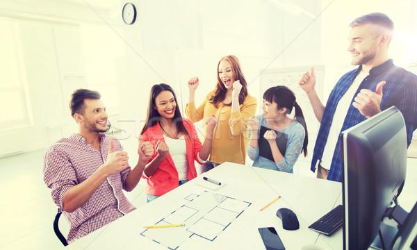 Szczęśliwy twórczej zespołu sukces biuro Zdjęcia stock © dolgachov