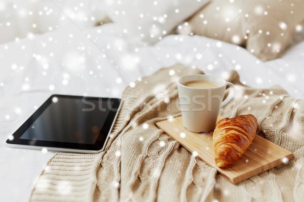 Kahve kruvasan yatak ev rahat Stok fotoğraf © dolgachov