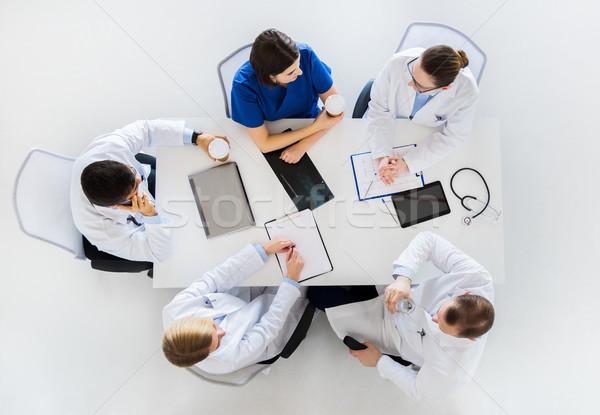 Csoport orvosok kávészünet kórház gyógyszer egészségügy Stock fotó © dolgachov
