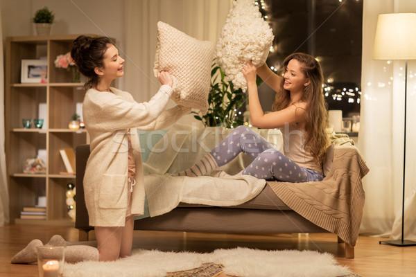 Gelukkig vrouwelijke vrienden kussengevecht home vriendschap Stockfoto © dolgachov