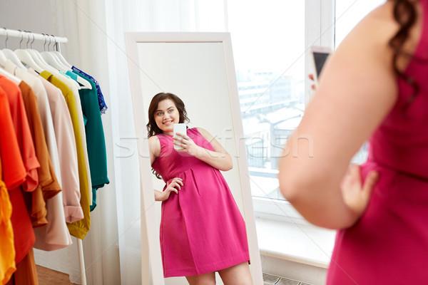 プラスサイズ 女性 ミラー ホーム 服 ストックフォト © dolgachov