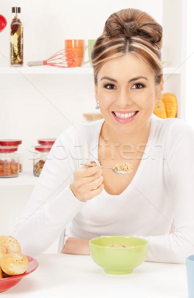 Huisvrouw beker müsli heldere foto vrouw Stockfoto © dolgachov