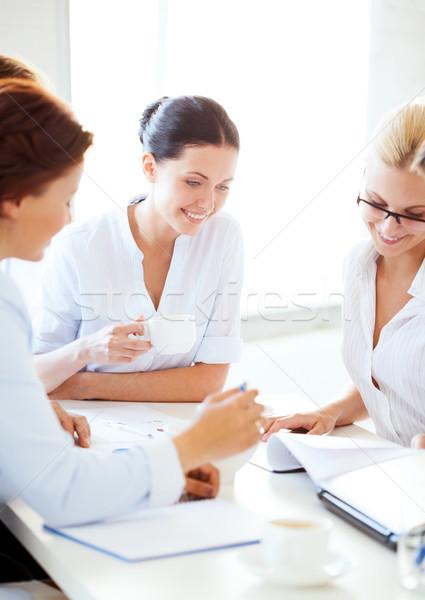 女性実業家 チーム 会議 オフィス 笑みを浮かべて ビジネス ストックフォト © dolgachov