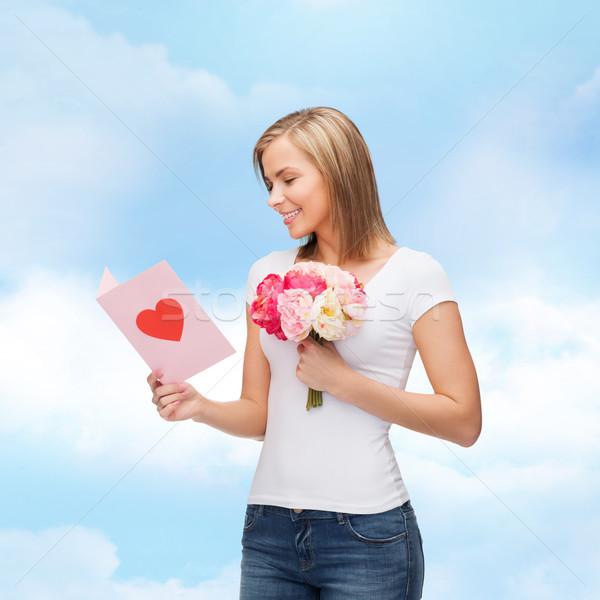 Uśmiechnięty dziewczyna pocztówkę bukiet kwiaty miłości Zdjęcia stock © dolgachov