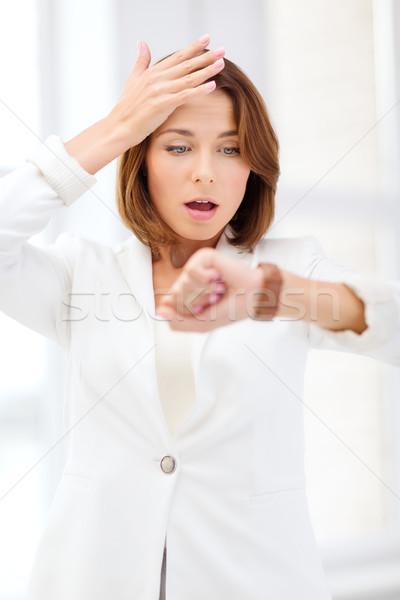 Hangsúlyos üzletasszony néz karóra üzlet időbeosztás Stock fotó © dolgachov