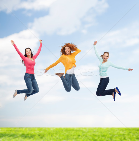 Foto stock: Grupo · sorridente · mulheres · jovens · saltando · ar · felicidade