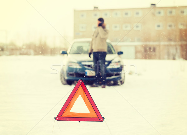 Primo piano uomo auto rotta smartphone transporti inverno Foto d'archivio © dolgachov