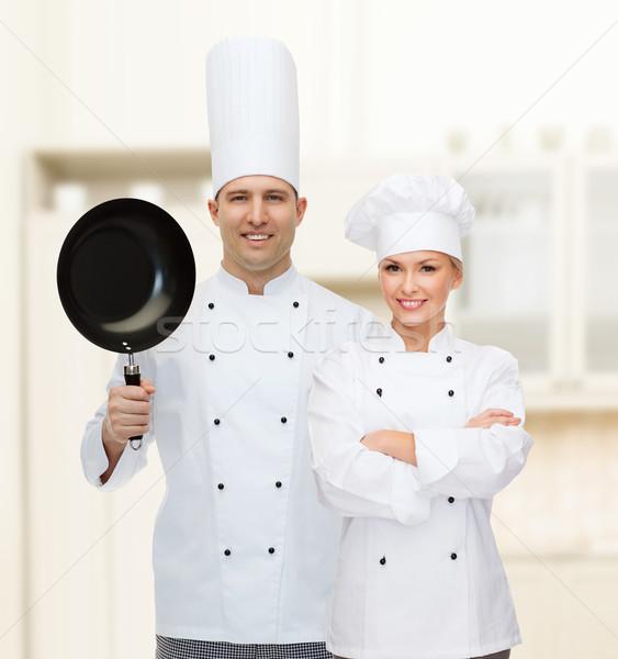 Fericit masculin bucătar-şef găti tigaie Imagine de stoc © dolgachov