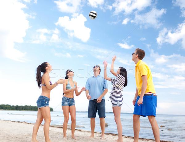 Foto stock: Grupo · feliz · amigos · jugando · pelota · de · playa · verano