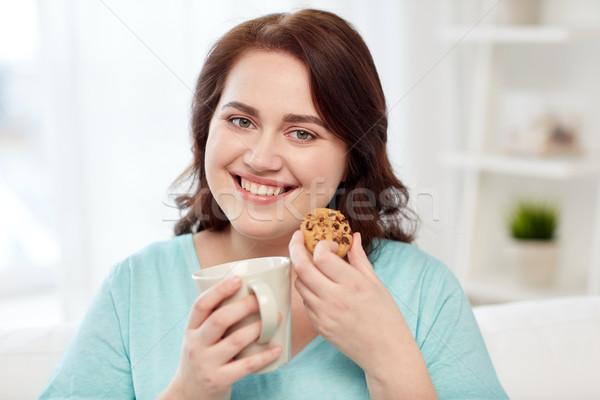 Boldog plus size nő csésze süti otthon Stock fotó © dolgachov