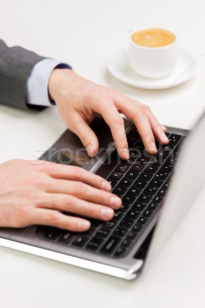 Empresário mãos datilografia laptop pessoas de negócios Foto stock © dolgachov