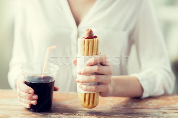 Foto stock: Mujer · perro · caliente · beber · de · comida · rápida · personas