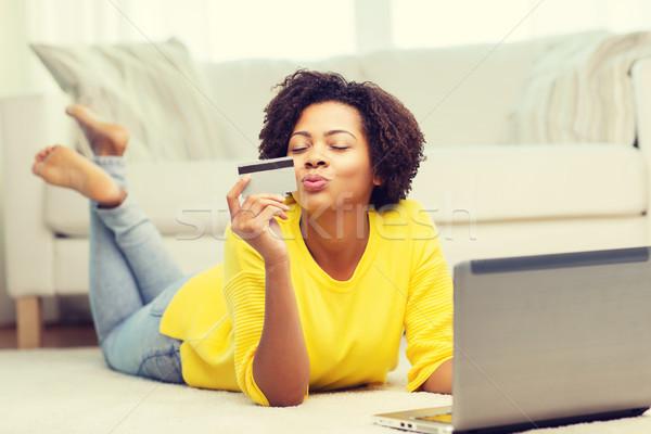 Foto stock: Feliz · africano · mulher · laptop · cartão · de · crédito · pessoas